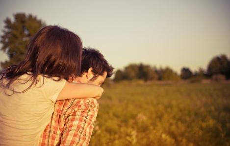 U tvom zagrljaju zaboravljam svako pretrpljeno zlo
